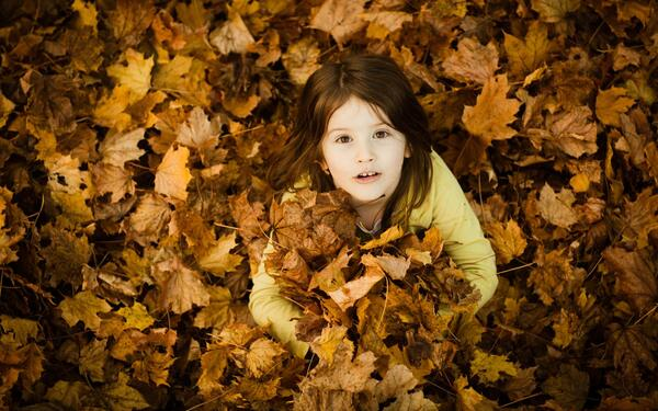 Cute-Child-Girl-Autumn-2560x1600-wallpaperz.co