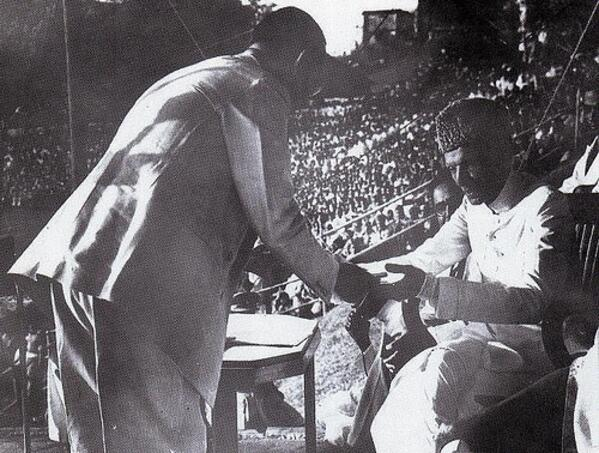 Quaid-e-Azam receives a donation at Chittagong 1948