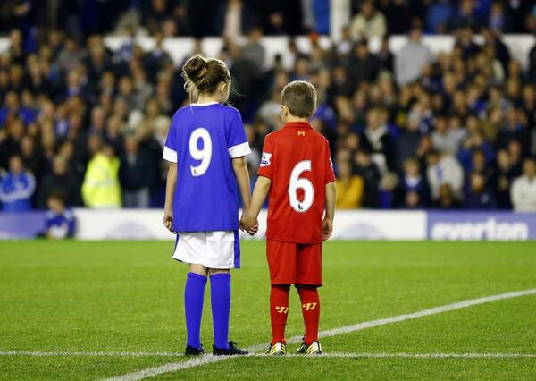 children-wearing-everton-liverpool-shirts-pay-their-respects-96-victims-hillsborough-disaster