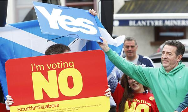 Yes-and-no-voters-in-Scot-009