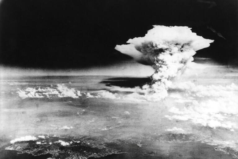an argument in favor of the atomic bombing of hiroshima and nagasaki in world war ii