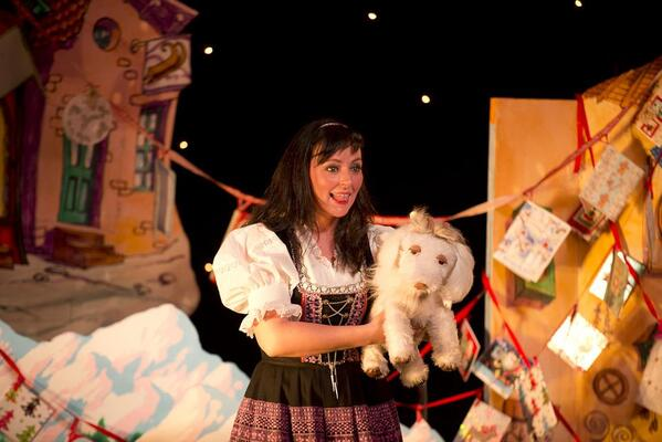 Little Ulla with performer Clare McGarry. Grinagog Theatre and Scottish Opera. Little Ulla. Credit Bartosz Madejski